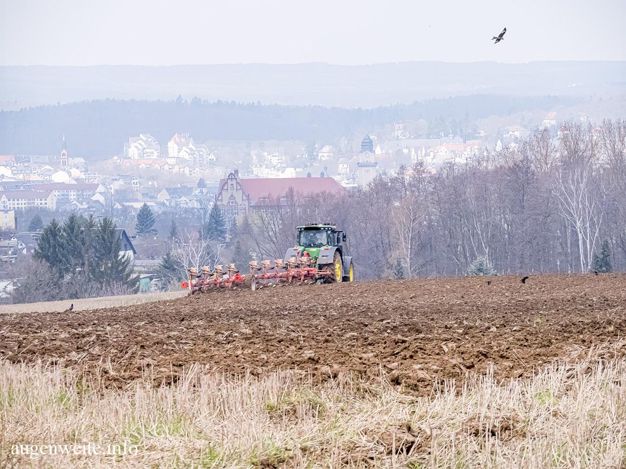 Traktor mit Pflug und Milan
